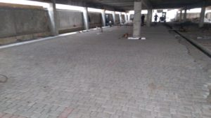 Укладання бруківки у підземному паркінгу.