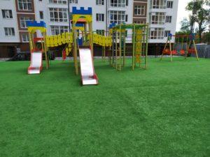 Яркая детская площадка.